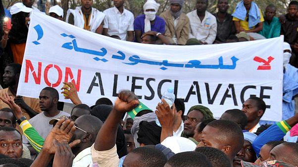 """متظاهرون يحملون لافتة مكتوب عليها """"لا للعبودية"""" خلال مسيرة ضد التمييز في العاصمة نواكشوط. 29/04/2015"""
