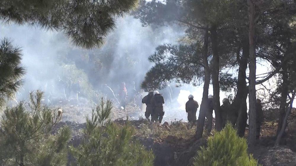 Manifestantes chocan con la policía en protestas por los campos de migrantes en Grecia 7