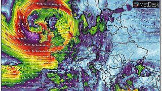 Previsión de viento e isobaras de presión el sábado a las 15:00 horas