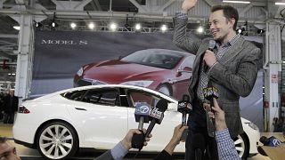 Tesla'nın CEO'su Elon Musk ABD'de Kaliforniya'daki 5 milyar dolara mal olan araç batarya fabrikasında.
