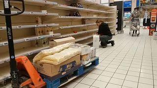 Felvásárolják a tartós élelmiszereket a hazai boltokban a koronavírus maitt