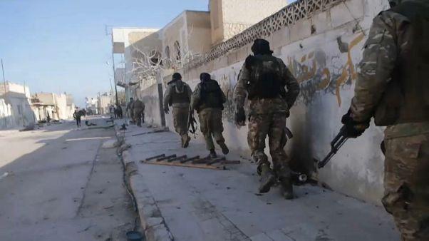 Török katonák haltak meg Szíriában a kormányerők támadásában, Ankara menekültáradattal fenyeget