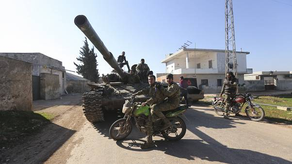 Des rebelles syriens soutenus par la Turquie entre dans la ville de Saraqeb dans la région d'Idleb, le 27 février 2020