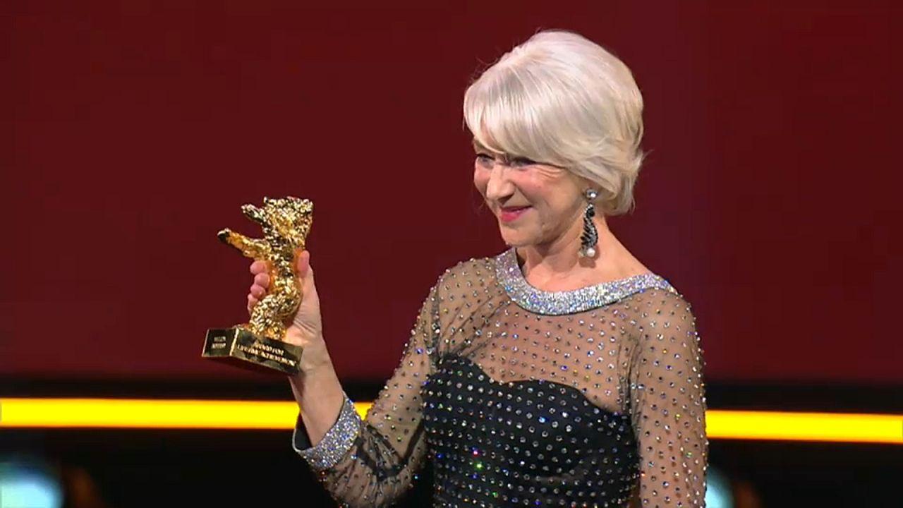 Helen Mirren est la reine de la Berlinale et reçoit un Ours d'honneur!