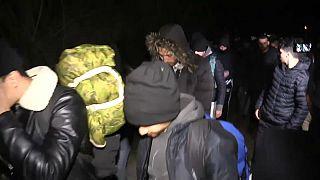 وفود من اللاجئين تتوجه نحو الحدود التركية مع اليونان