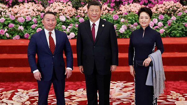 Moğolistan Devlet Başkanı Battulga Khaltmaa (solda) Çin Devlet Başkanı Şi Cinping ve eşiyle birlikte.