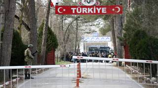 Καστανιές: Διεκόπη η λειτουργία του τελωνείου λόγω της συγκέντρωσης μεταναστών στην τουρκική πλευρά