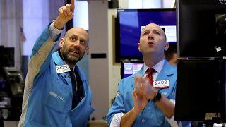 Коронавирус обрушивает мировые рынки