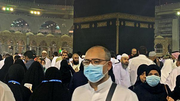 المعتمرون في مكة