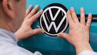 """Alman otomotiv devi Volkswagen """"egzoz manipülasyonu"""" için müşterilerine 830 milyon avro ceza ödeyecek"""