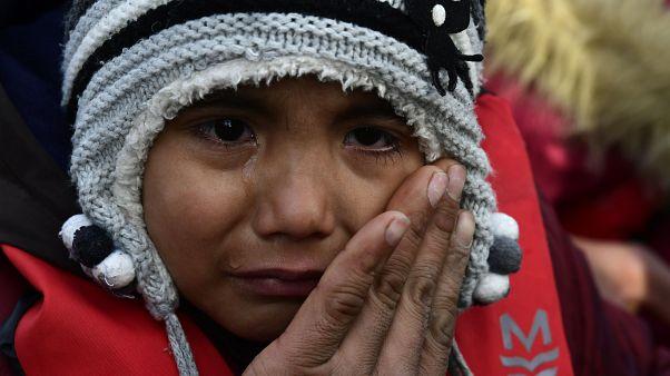 طفل يبكي لدى وصوله  مع أهله، إلى جزيرة ليسبوس اليونانية، بعد عبورهم بحر إيجة من تركيا 28/02/2020