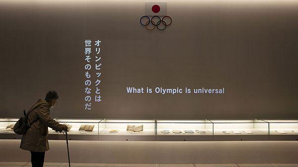 Una mujer mira las exhibiciones en el recién inaugurado Museo Olímpico de Tokio, situado cerca del Nuevo Estadio Nacional, el domingo 23 de febrero de 2020, en Tokio. (AP Phot