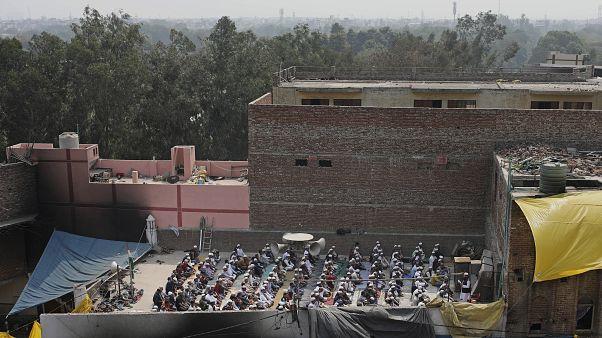 """شاهد: عودة الصلاة في """"مساجد النار"""" بعد أيام من الاشتباكات الدامية في الهند"""