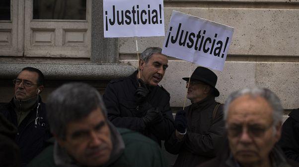 """متظاهرون يحملون لافتات كتب عليها """"العدالة"""" أمام محكمة إسبانية 09/01/2014"""