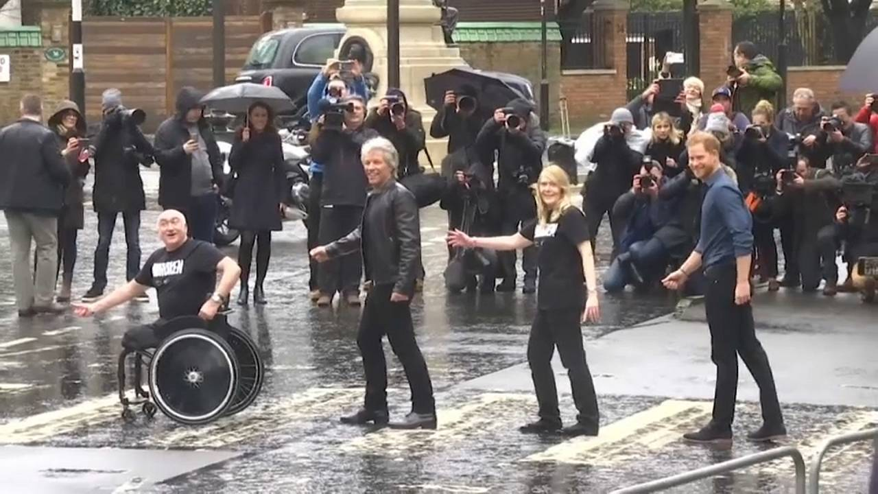 Prinz Harry und Jon Bon Jovi auf dem Zebrastreifen vor den Abbey Road Studios