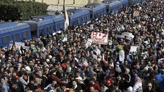 آلاف الجزائريين خرجوا إلى الشوارع للاحتفال بالذكرى السنوية الأولى للاحتجاجات الشعبية 21/02/2020