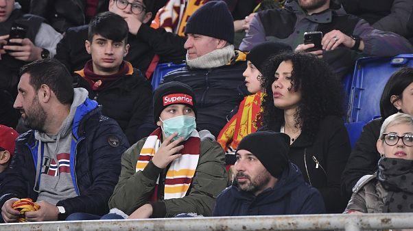 أحد مشجعي فريق روما يرتدي قناعًا صحيًا وهو يشاهد مباراة كرة القدم في الملعب الأولمبي بروما  24/02/2020