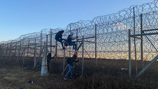 Avrupa'ya geçmek için Edirne'ye gelen bazı düzensiz göçmenler Yunanistan sınırındaki tel örgülerden atlamaya çalıştı.