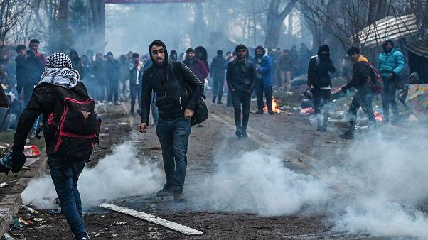 شاهد: اشتباكات بين مهاجرين والشرطة اليونانية عند الحدود مع تركيا