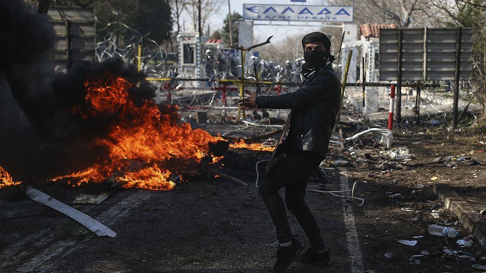 La policía griega dispara gases lacrimógenos contra refugiados en medio de la violencia en la frontera turca 40