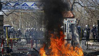 پلیس مرزی یونان با گاز اشکآور از پناهجویان استقبال کرد