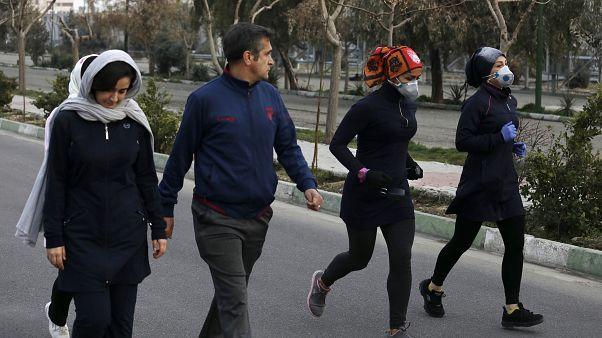 İran'ın başkenti Tahran'daki Pardisan Parkı. Koronavirüse rağmen halk, maskeleriyle spor yapmaya devam ediyor