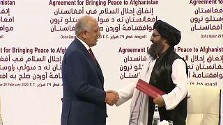 Vertreter der USA und der Taliban schütteln sich die Hände