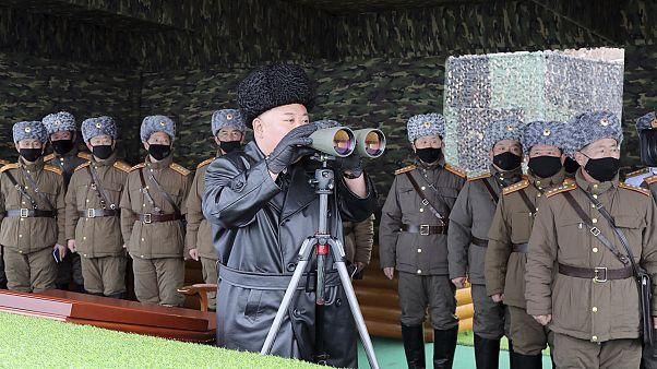 كيم جونغ أون يتوسط ضباطا يحملون أقنعة أثناء إشرافه على مناورات للجيش. 2020/02/28