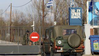 جنود يونانيون يفتحون بوابة حدودية أمام سيارة عسكرية في قرية كاستانيس على الحدود التركية اليونانية. 2020/02/28