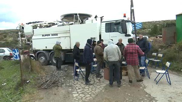 Útlezárással tiltakoznak egy görög sziget lakói az új menekülttáborok létesítése ellen.