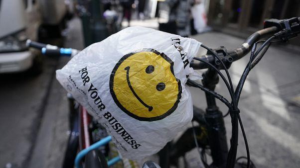 نيويورك تحظر استخدام الأكياس البلاستيكية