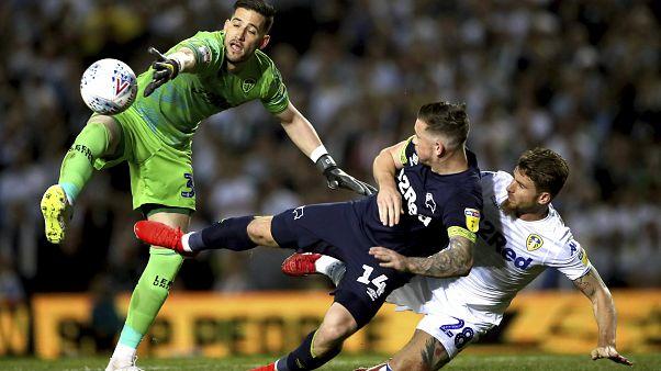 Leeds United'ın kalecisi Kiko Casilla'ya ırkçı söylemleri nedeniyle 8 maç ve yüz yüze eğitim cezası