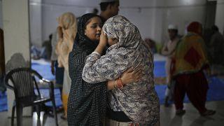 امرأة تواسي جارتها في مستشفى في العاصمة نيودلهي إثر تعرض مسلمين لهجمات هندوس. 2020/02/28