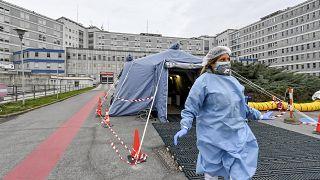 Trump szerint a koronavírus a demokraták kacsája, pánikra semmi ok