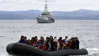 Frontex eşliğinde Yunan adasına ulaşan mülteciler