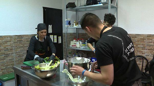 لاجئون هاربون من المآسي يمتهنون الطهي داخل مطعم في مدريد