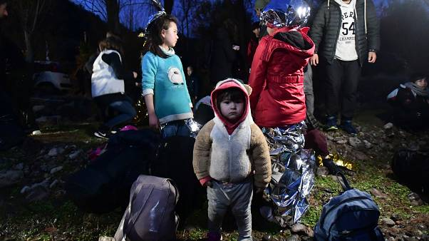 Sınırların açılması sonrası Türkiye'den yola çıkarak Yunanistan'ın Midilli Adası'na ailesiyle birlikte ayak basan küçük bir mülteci.