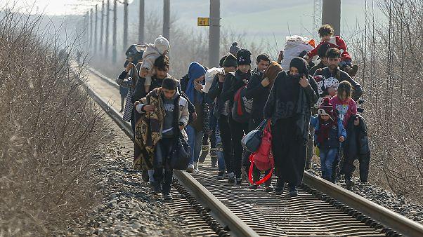Migrantes caminan por las vías del tren en dirección a Grecia cerca del paso fronterizo de Pazarakule en Edirne, Turquía, domingo, marzo. 1, 2020.