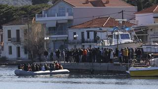 Aşırı sağcı bir grup, Yunanistan'ın Midilli Adası'nda karaya çıkmak isteyen göçmenlere engel olmaya çalıştı