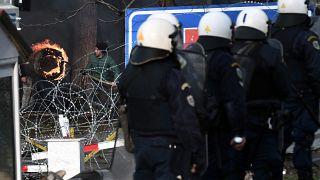 شاهد: الشرطة اليونانية تطلق الغاز المسيل للدموع على مهاجرين رشقوها بالحجارة