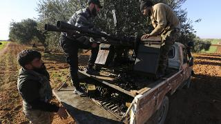 Des combattants syriens, soutenus par la Turquie, sur la ligne de front près de la ville de Saraqeb dans la province d'Idleb, en Syrie, le mercredi 26 février 2020.
