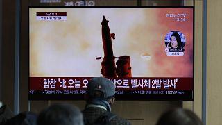شاشة تلفزيون تعرض تقريرا عن إطلاق كوريا الشمالية للقذائف في محطة سكة حديد في سيول بكوريا الجنوبية