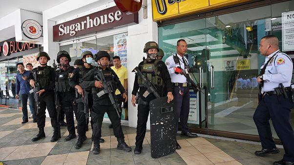 شاهد: إلقاء القبض على مسلح احتجز نحو 30 شخصاً في مركز تجاري بالفلبين