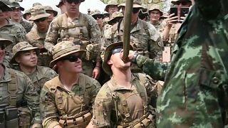 شاهد: جنود أمريكيون يأكلون العقارب ويشربون دماء الكوبرا خلال تدريبات عسكرية