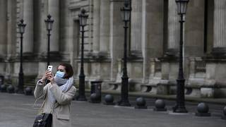 Une touriste au Louvre, le 28 février 2020, Paris France