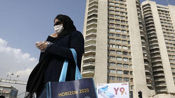 İran'da halk, koronavirüse karşı maske takıyor
