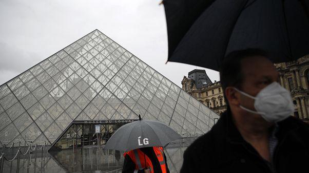 Paris'teki tarihi Louvre Müzesi koronavirüs nedeniyle kapılarını ziyaretçilere kapattı.