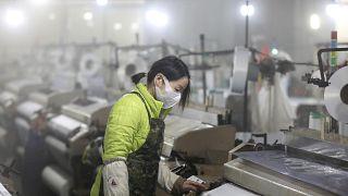 Çin'in Hangzhou kentinde tekstil fabrikasında çalışan bir kadın işçi