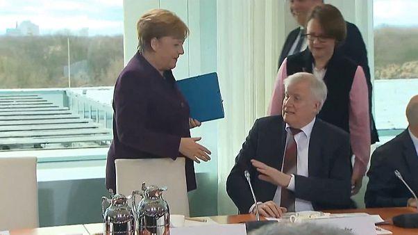 Merkel'in eli havada kaldı