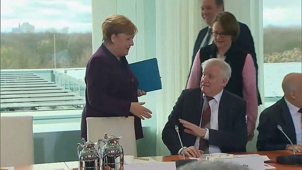 ویروس کرونا؛ وزیر کشور آلمان از دست دادن با مرکل خودداری کرد